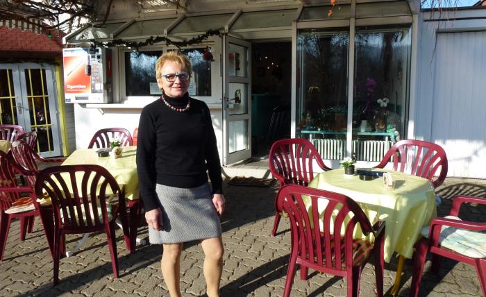 Inhaberin Astrid Ebler in der Gartenwirtschaft